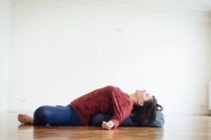 Manuela Ukowitz in der Yin Yoga Postion Schmetterling mit Rückbeuge