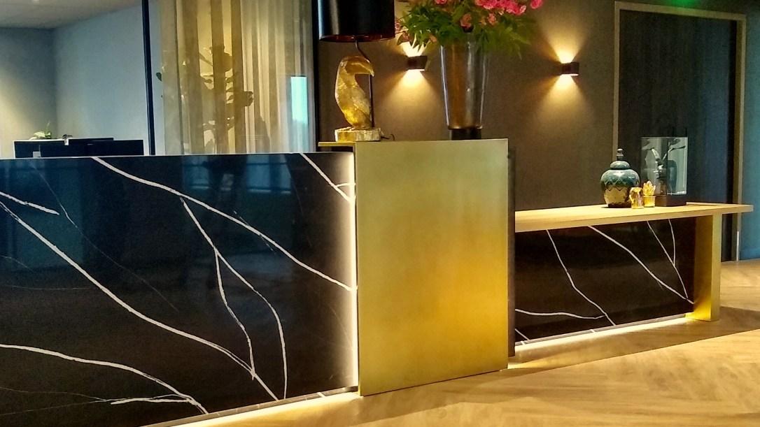 receptie desk maatwerk en ontwerp in messing en steen congress centrum Valk Hotel Haarlem
