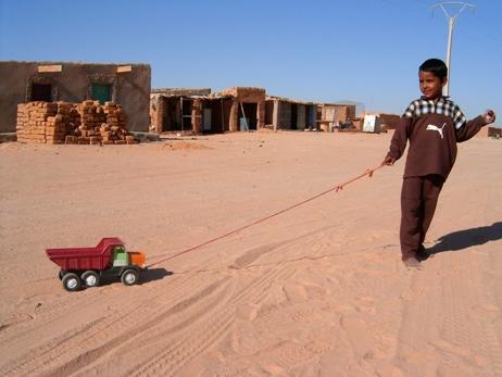 Saharako haur bat jolasean