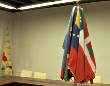 Bandera espainolaz gain, beste 25 naziotako banderak jarriko dituzte Eskoriatzako udaletxean