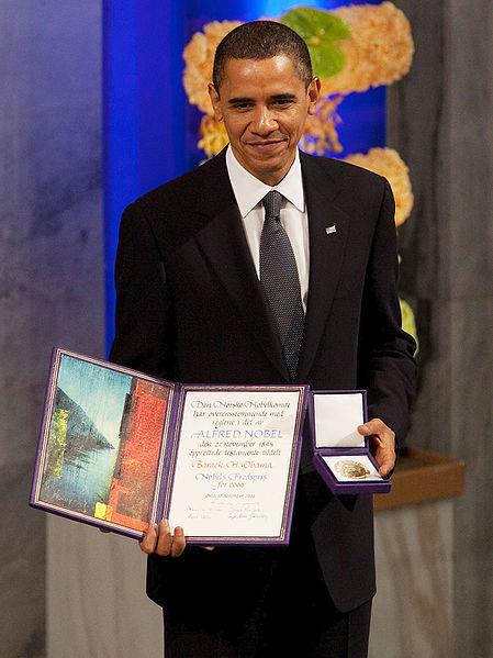 Obama, Nobel sariaren diploma eta domina jaso zituenean, 2009an