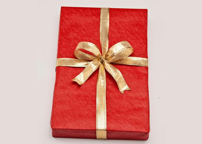 На фото изображено - Как упаковать подарок, рис. Бант из ленты