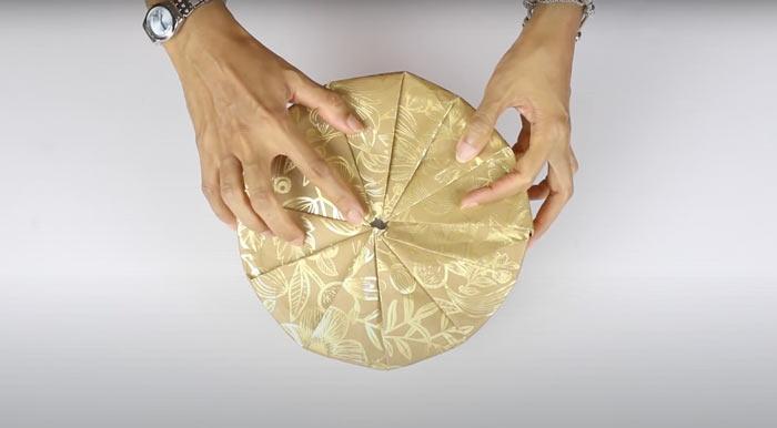 На фото изображено - Как упаковать подарок, рис. Упаковка круглой коробки