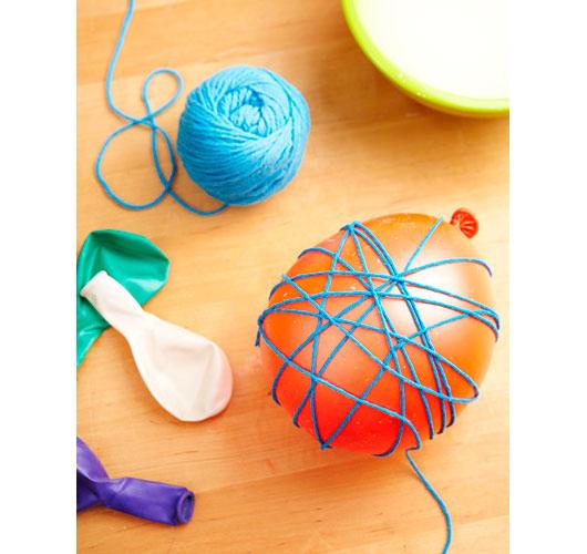 На фото изображено - Необычный декор: шары из нитей, рис. Подготовка шара