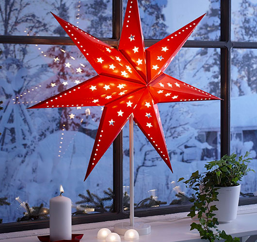 Fotoğrafta tasvir - kağıttan toplu yıldızlar. Evde tatil hazırlama!, Şek. Masanın üzerinde yıldızlar