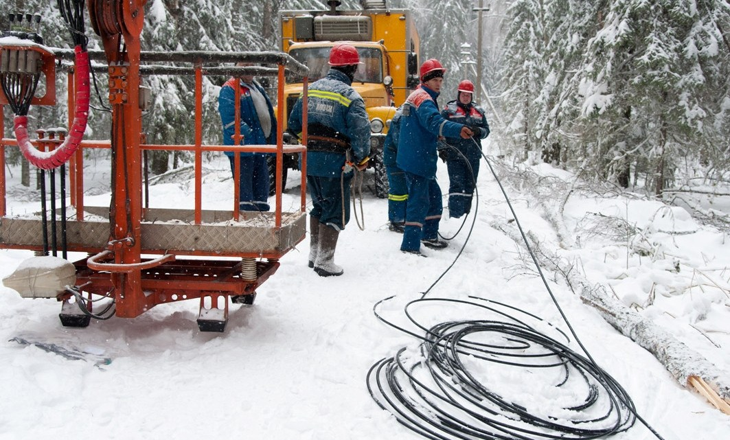 В Усть-Коксинском районе восстанавливают электроснабжение