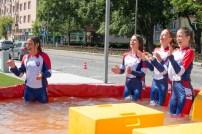 štyri mladé dievčatá vo vode