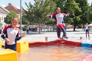 mladá hasička skáče do vody