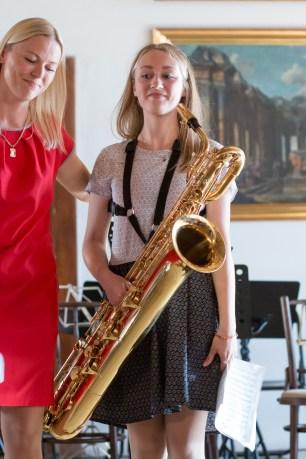 dievča má saxofón