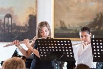 dve dievčatá hrajú na flautách