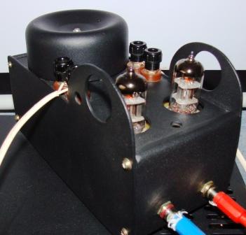 En bygel måste installeras mellan förstärkaranslutningen REM och + 12 volt.