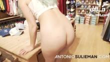 انطونيو يتحرش بطيز بائعة الملابس في المحل سكس مجاني