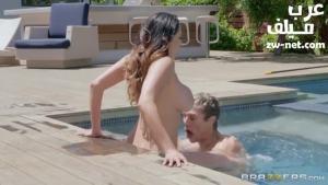 الزوجة العارية تغري عامل المسبح بجسمها سكس مترجم عربي