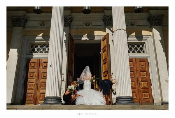 Wesele w motywie art deco the great gatsby organizowane przez Dariusz Zwadowski konsultant ślubny. Na zdjęciu Pani Młoda przed kościołem
