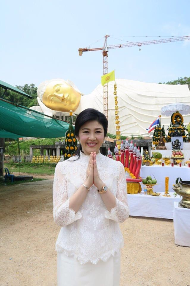 Yingluck-performs-rites-to-end-bad-luck (12)