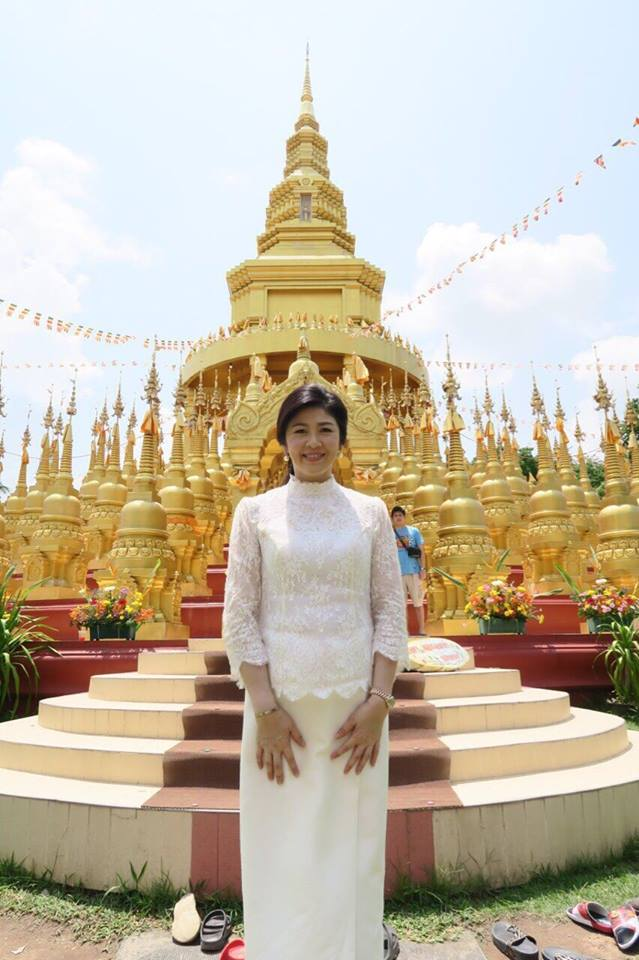 Yingluck-performs-rites-to-end-bad-luck (10)