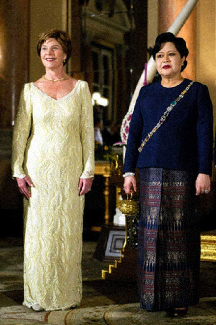 US-First-Lady-Laura-Bush-and-Queen-Sirikit-of-Thailand-stand-together-at-the-Grand-Palace-in-Bangkok-in-2003