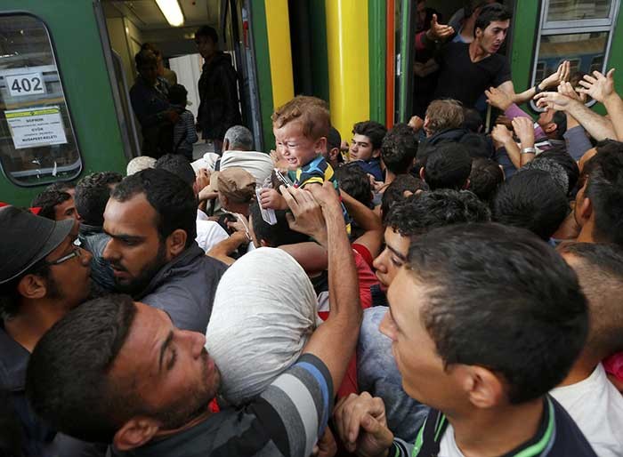 Hundreds-of-desperate-migrants-poured-into-Budapest's-main-railway-station-this-morning-after-Hungarian-police-withdrew-following-a-two-day-standoff,-triggering-chaotic-scenes2