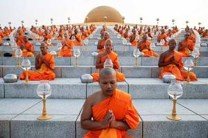 1,-250-Buddhist-monks-with-candles-sit-in-formation-on-the-steps-of-the-Wat-Phra-Dhammakaya-temple