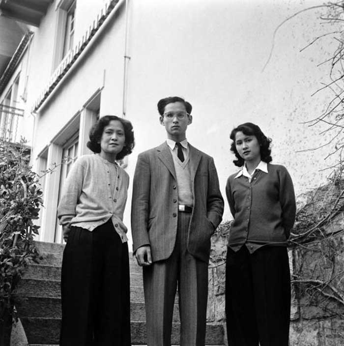 1945-bhumibol-adulyadej-with-princess-mother-sri-sangwal-and-princess-galyani-vadhana-at-the-villa-vadhana-their-private-residence-in-lausanne-switzerla