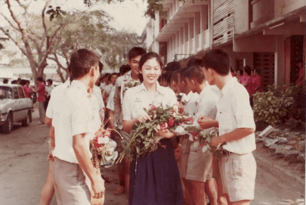 yingluck-shinawatra-18-years-during-orientation-day-1985-crown-college