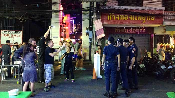 Pattaya-Thai-Police-Photo-Taking
