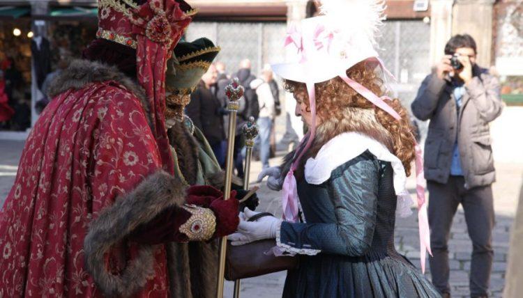 Beim Venzianischen Karneval sieht man viele Einwohner in ihren wertvollen Kostümen umherstolzieren.