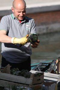 Venedig ist für Artischocken bekannt. Viele Verkäufer bieten ihre Waren vom Boot aus an.
