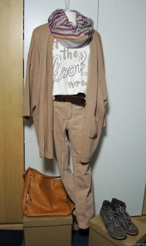 komolettes Outfit in taupe/braun