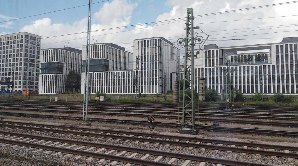 Bebauung am Stadtrand von München aus dem ICE heraus