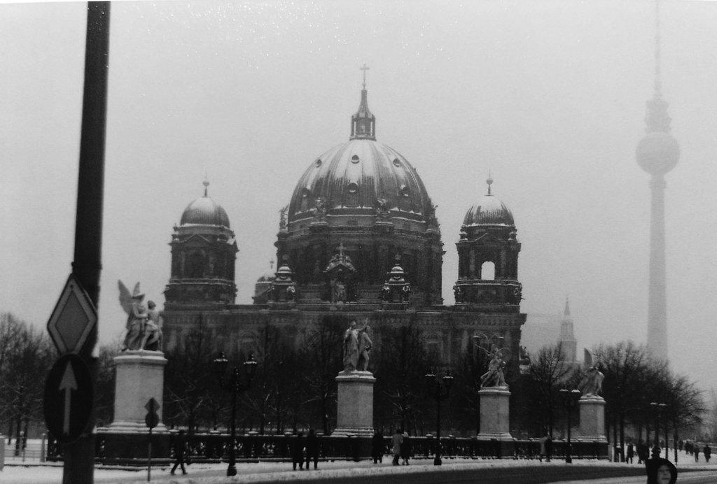 Berliner Dom und Funkturm - jenseits der Mauer. Wintersmog