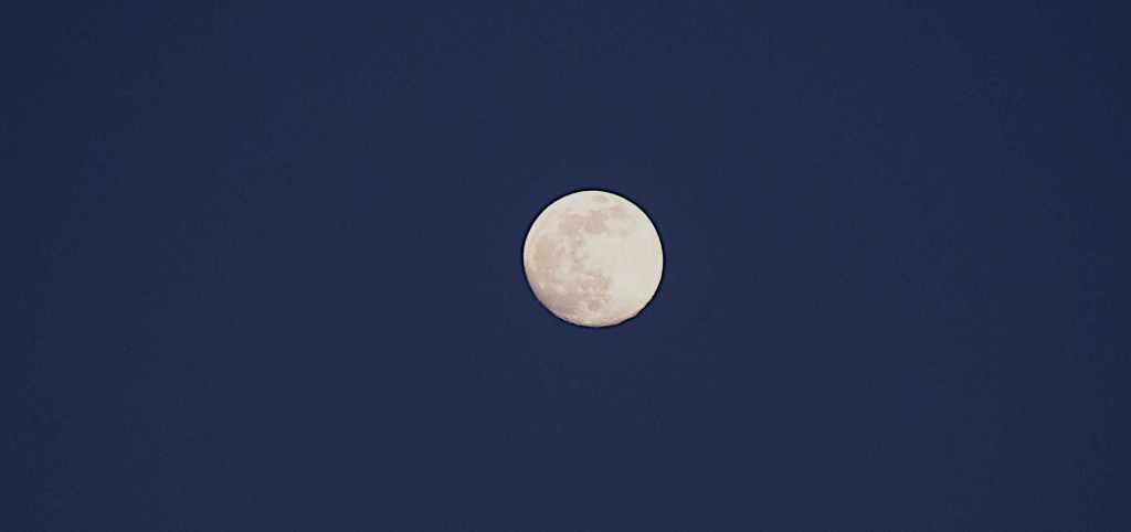 Der Mond zur blauen Stunde