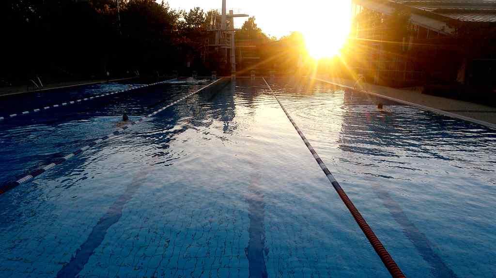 Sonnenuntergang über dem Freibad- das Ende der Freibadsaison