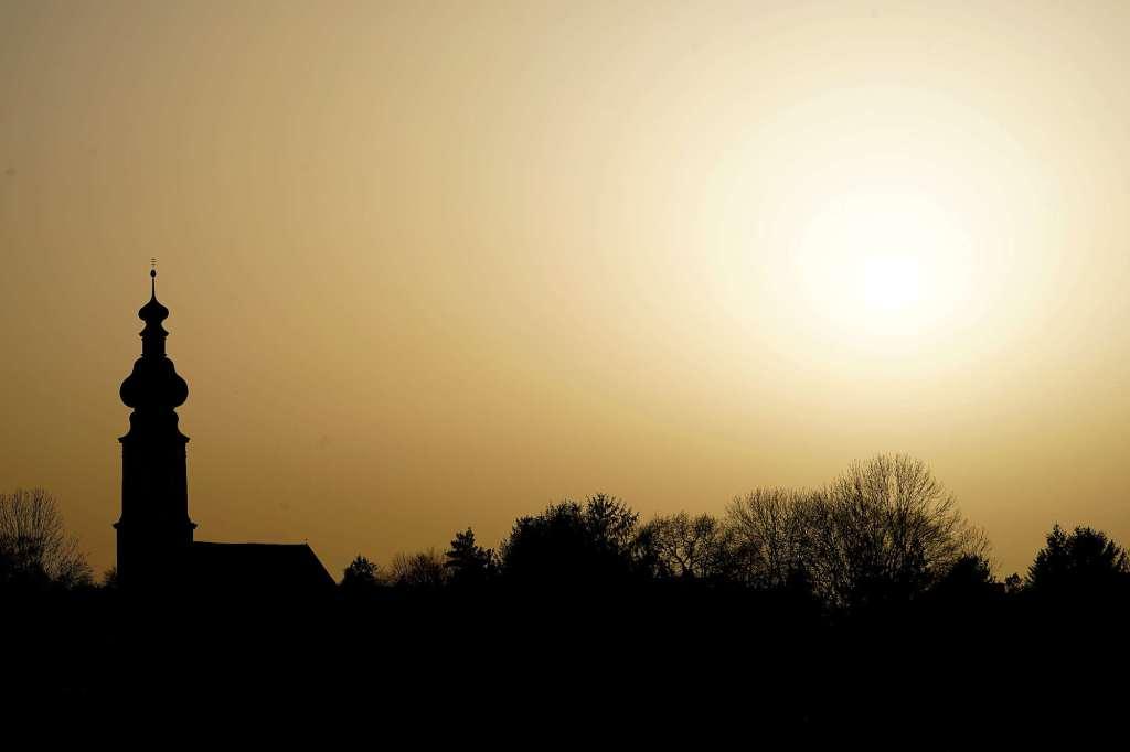 Dystopie Stimmung Silhouette der Kirche und Bäume vor Saharasandhimmel