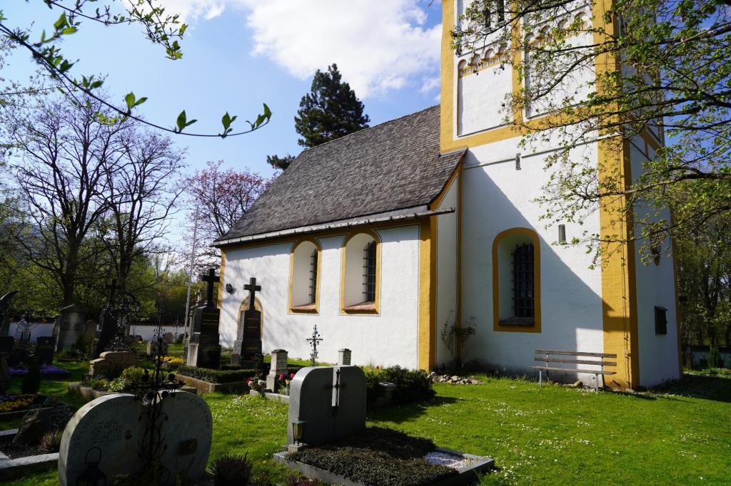 Ein kleiner Friedhof an der Kirche