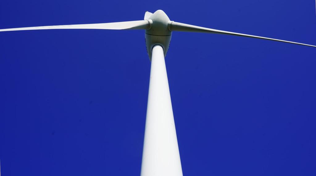 Windrad auf dem Fröttmaninger Berg vor blauem Himmel
