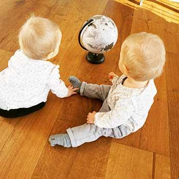 Einjährige Zwillingsmädchen