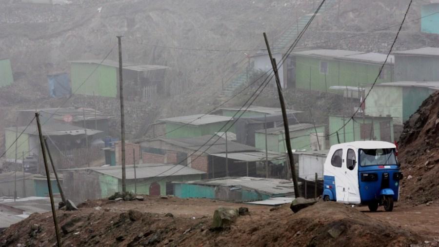 Ein Motocar bahnt sich seinen Weg durch die pueblos jovenes.