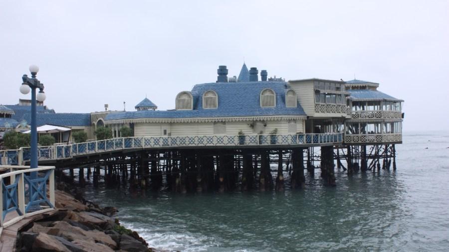 Lima gekleidet in Grau und Blau.