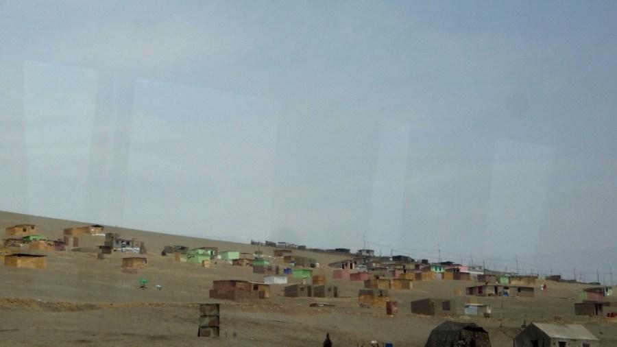 Blick durchs Busfenster: Lima naht.