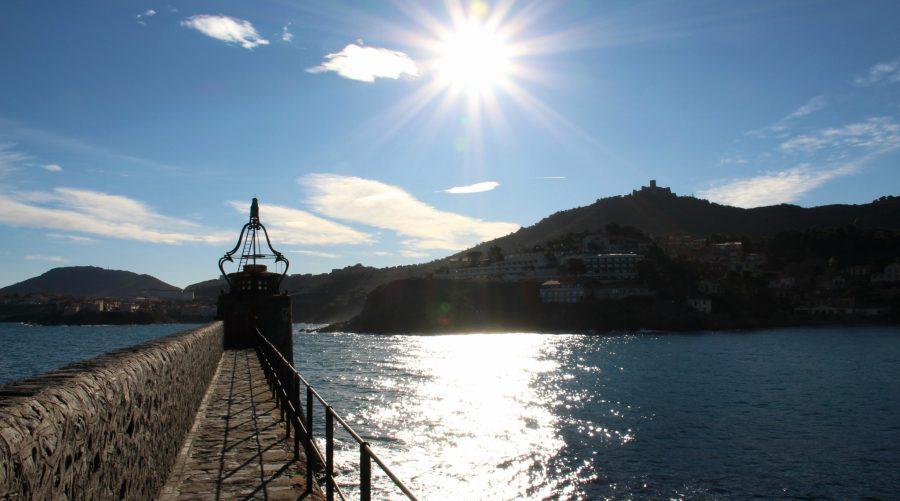 Der Glockenturm von Collioure am Rande der funkelnden Bucht.
