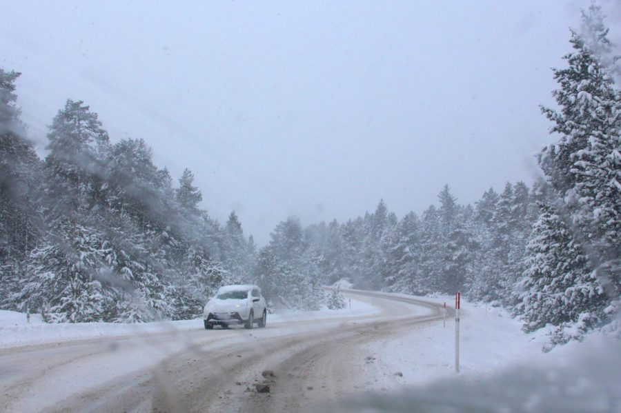 Etwa 20 Minuten vor Font-Romeu legen wir Schneeketten an.
