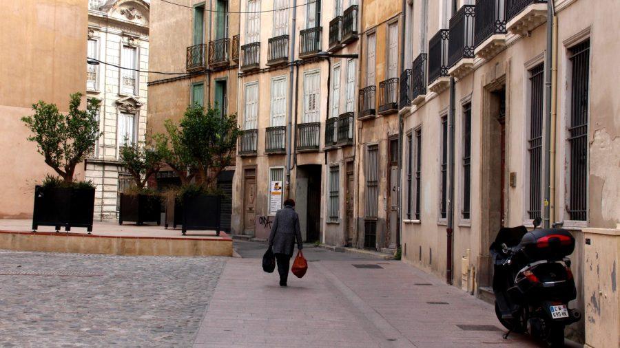 Direkt neben der Kathedrale von Perpignan beginnen die Straßen und Gassen zugleich bunter und leerer zu werden.
