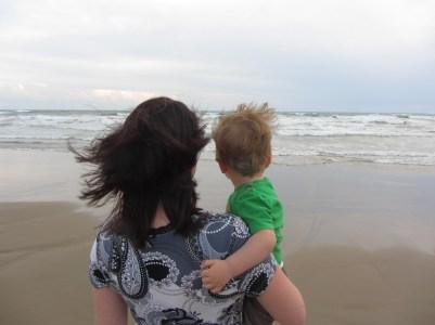 Mama und Sohn und Meer