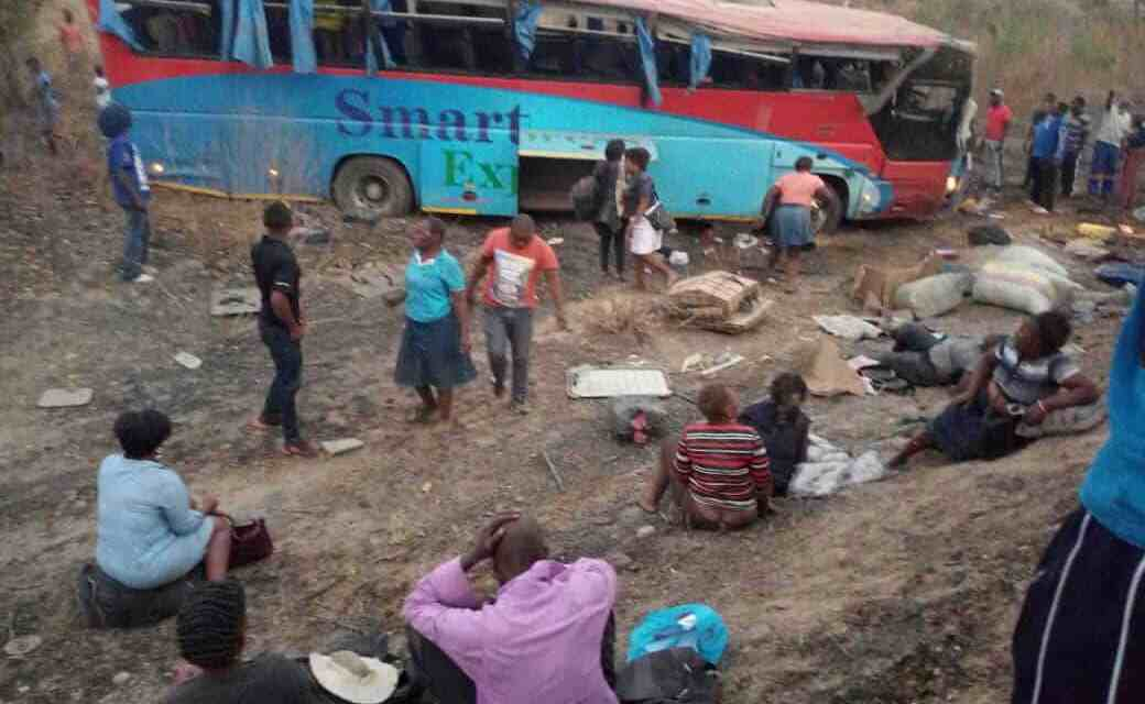 BREAKING: Bus accident on Mutare-Masvingo-Beitbridge road, 6 feared dead, Smart Tours..Pictures