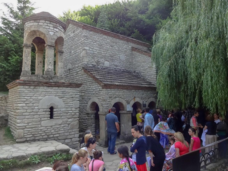 Źródło św. Nino Gruzja co zwiedzić i zobaczyć w Gruzjii okolice Sighnagi