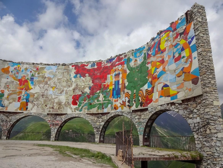Pomnik przyjaźni gruzińsko- rosyjskiej Gruzja Co zwiedzić zobaczyć w Gruzji droga do Kazbeg