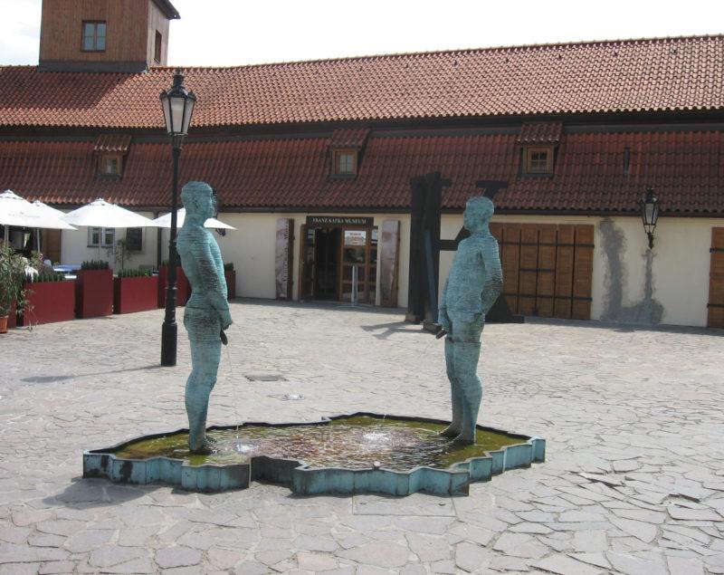 Praga Muzeum Franza Kafki sikający mężczyźni