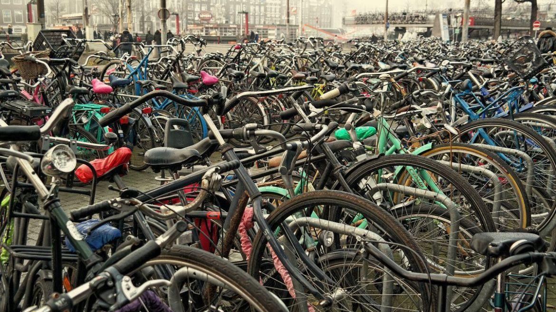 Tysiące rowerów w Amsterdamie