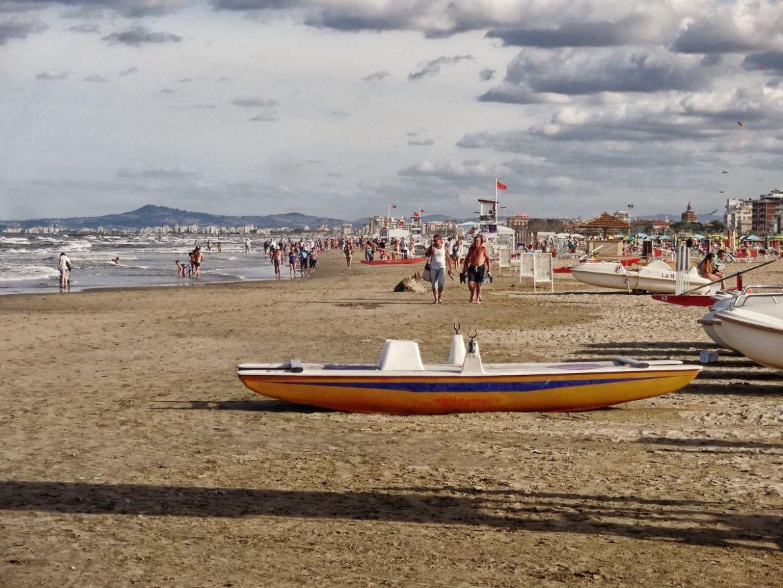 Szeroka i długa plaża w Riminni Wakacje we Włoszech